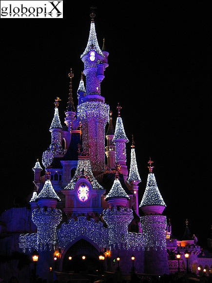 disneyland paris di notte