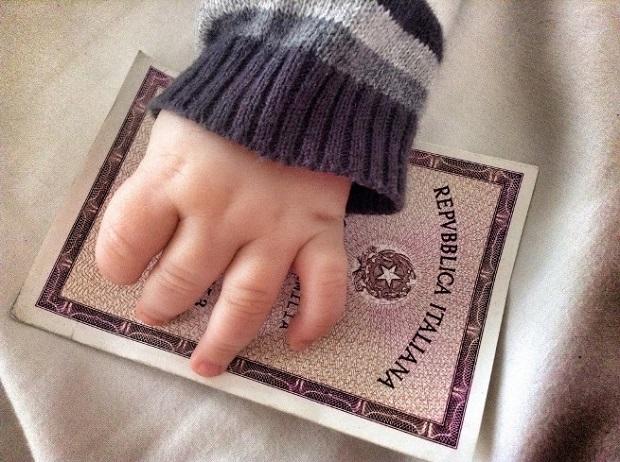 Viaggiare con un neonato documenti