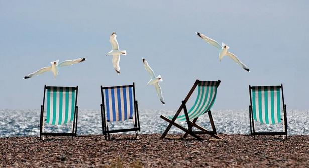 in spiaggia con le sdraio